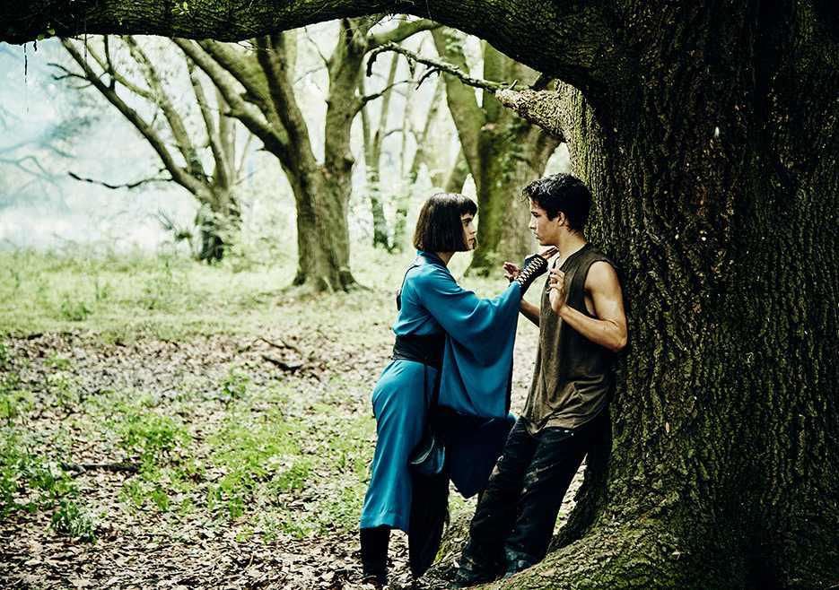 Into the Badlands: Ally Ioannides e Aramis Knight in una foto della prima stagione