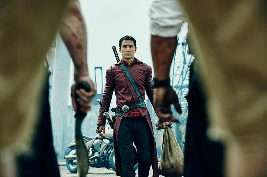 Into the Badlands: il protagonista interpretato da Daniel Wu si prepara a una scena di battaglia