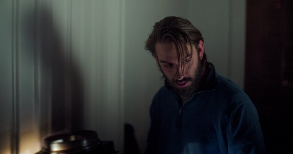 Lace Crater: Peter Vack in una scena del film