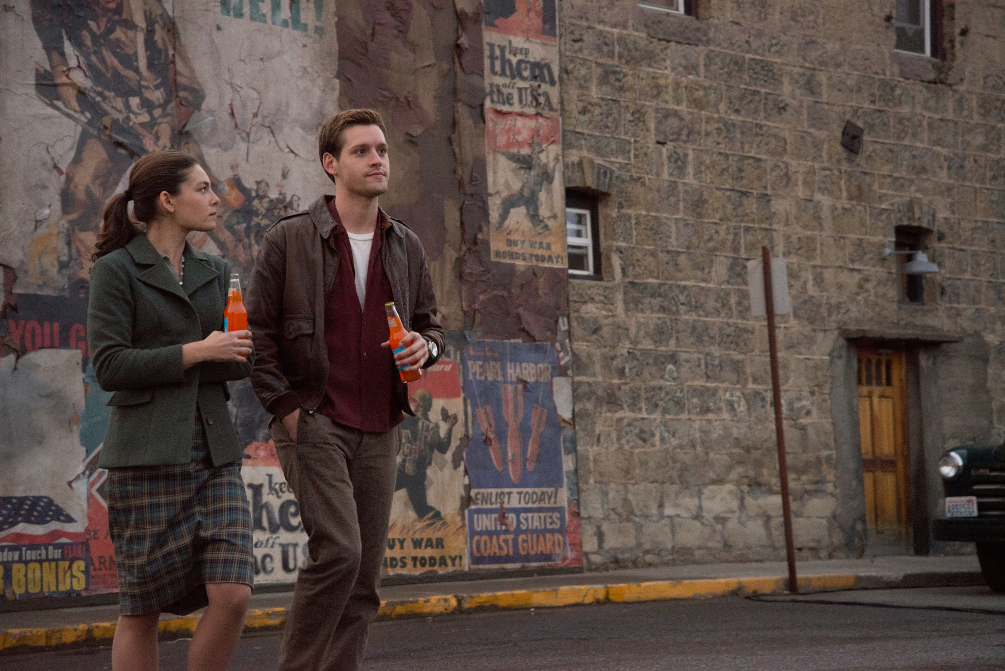 The Man In The High Castle: Alexa Davalos e Luke Kleintank in una foto del pilot