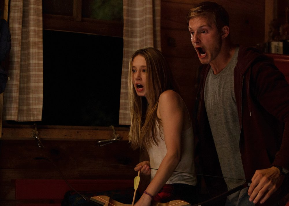 The Final Girls: Taissa Farmiga e Adam DeVine in una scena del film