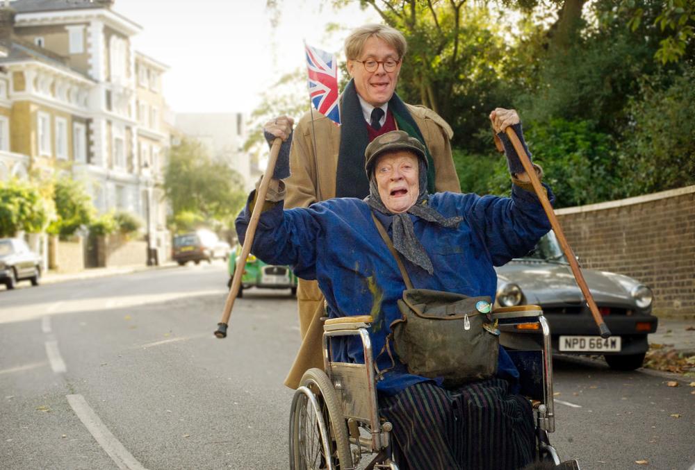 The Lady in the Van: Roger Allam e Maggie Smith in una scena del film