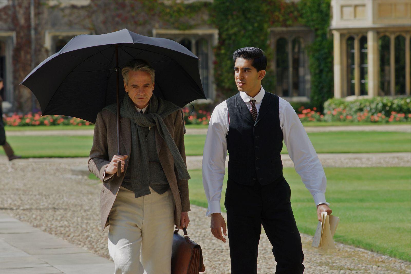 L'uomo che vide l'infinito: Jeremy Irons e Dev Patel in una scena del film