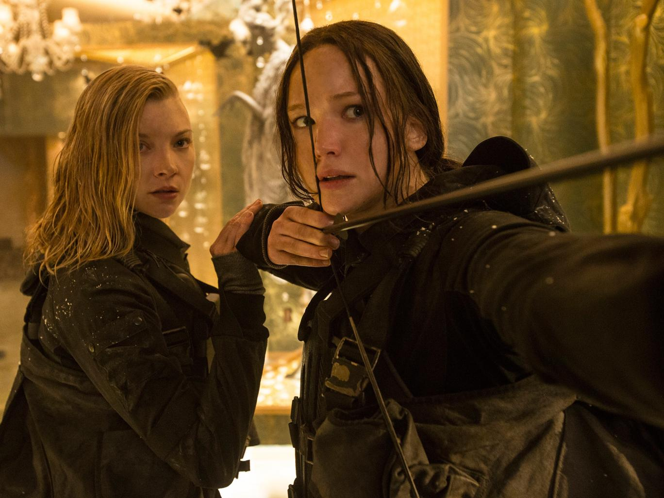Hunger Games: Il Canto della Rivolta - Parte 2: Natalie Dormer e Jennifer Lawrence in una scena del film