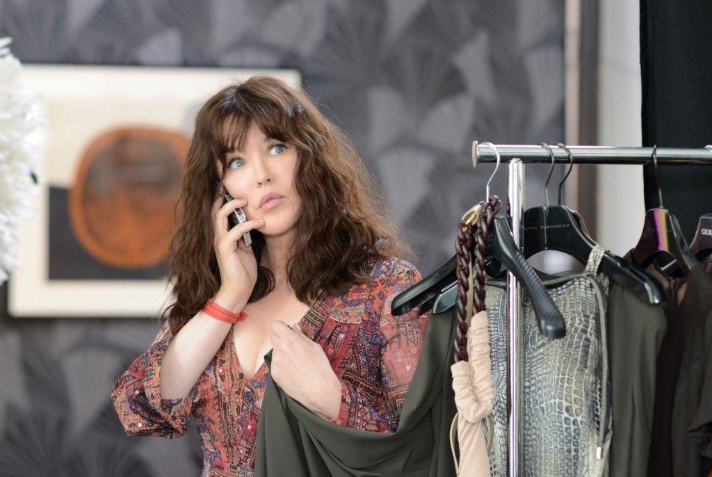11 donne a Parigi: una delle protagoniste del film al telefono