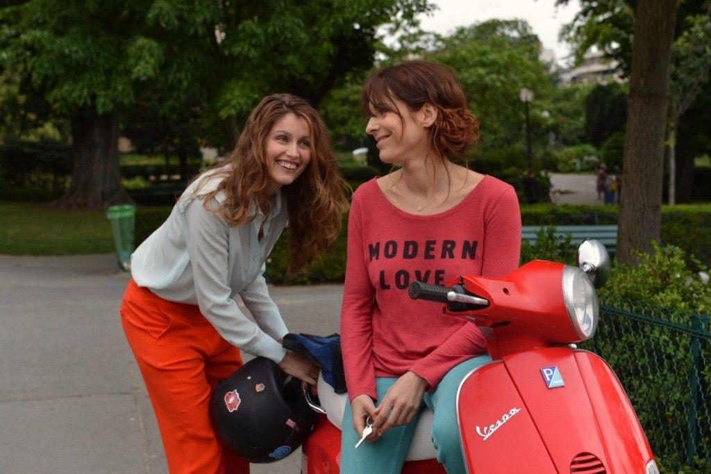 11 donne a Parigi: una sorridente Laetitia Casta in una scena del film
