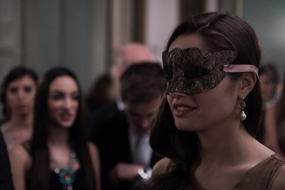 Un posto sicuro: Matilde Gioli con il volto coperto da una maschera in una scena del film