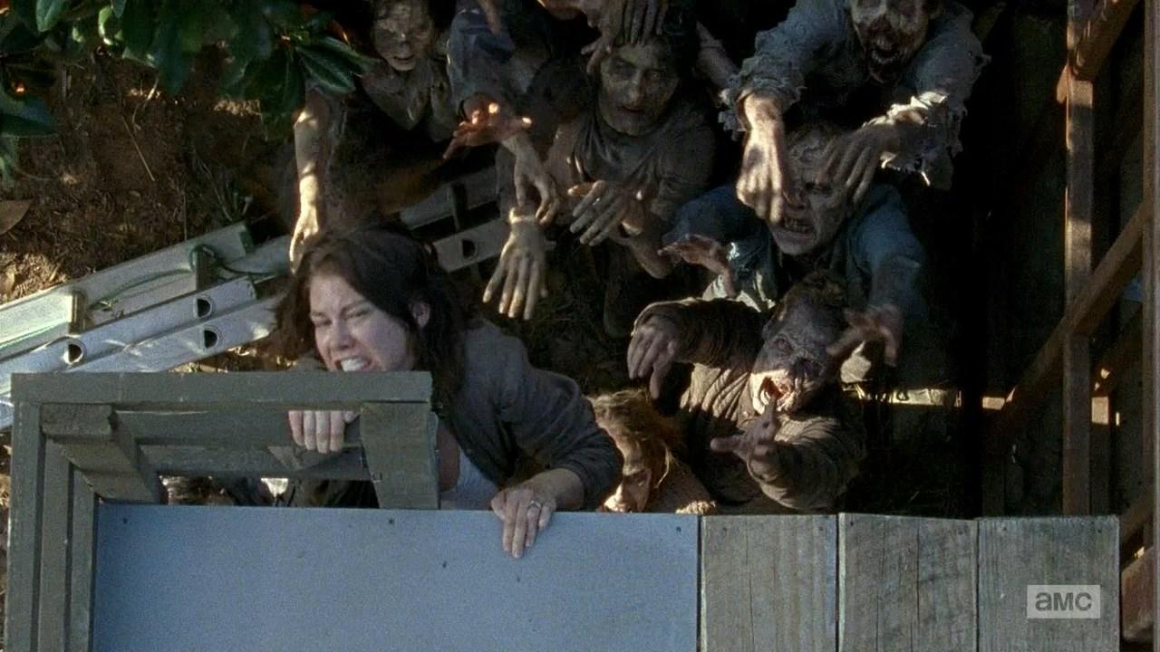 The Walking Dead: Lauren Cohan interpreta Maggie in fuga dai walker in una foto dell'episodio L'inizio e la fine