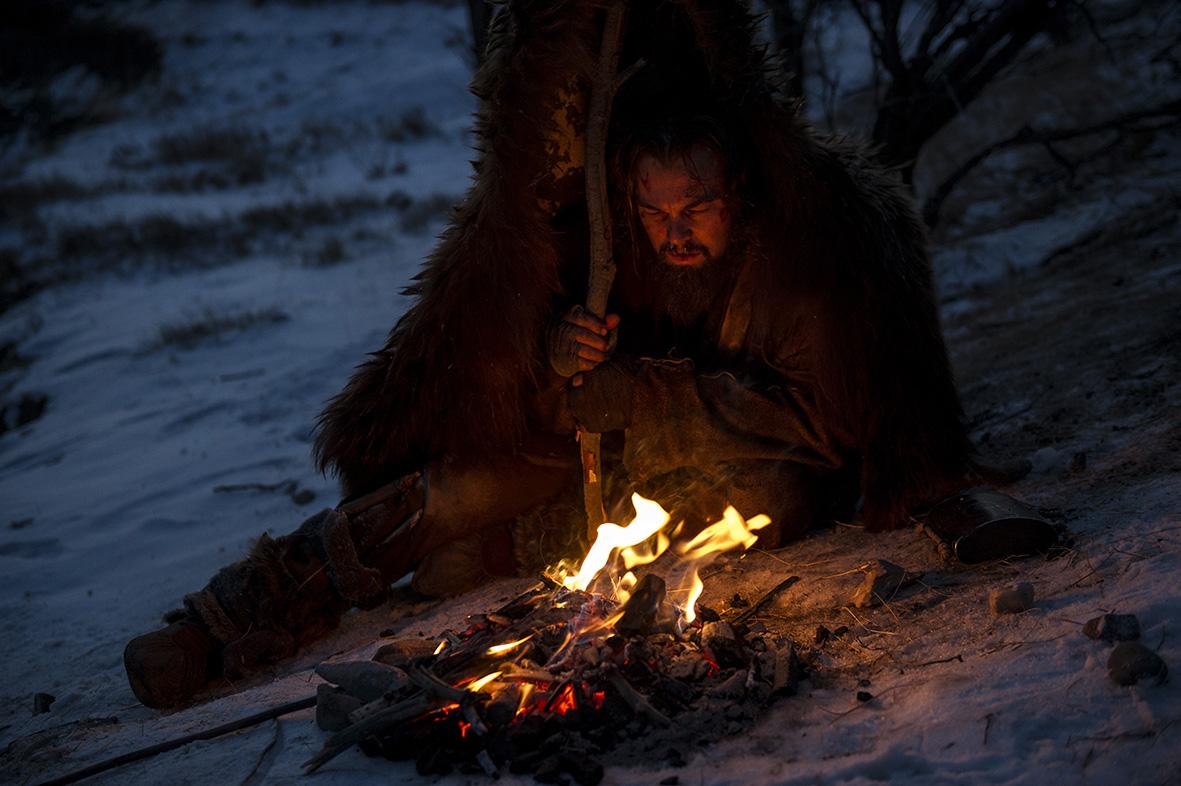 Revenant - Redivivo: Leonardo DiCaprio affronta la notte vicino a un fuoco