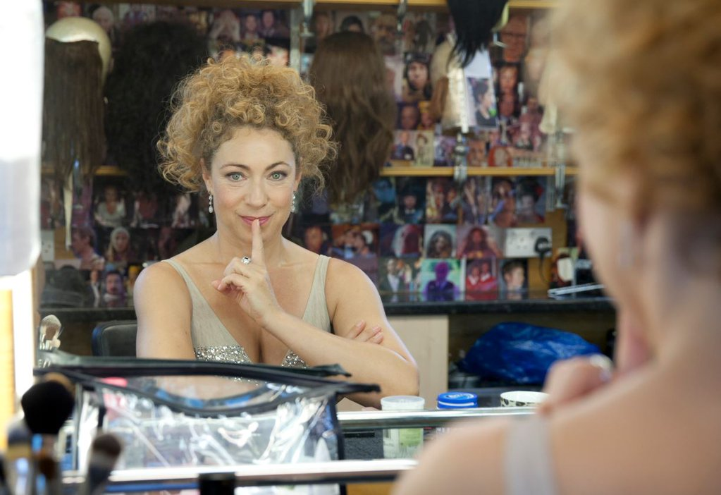 Doctor Who: un bel primo piano di Alex Kingston allo specchio