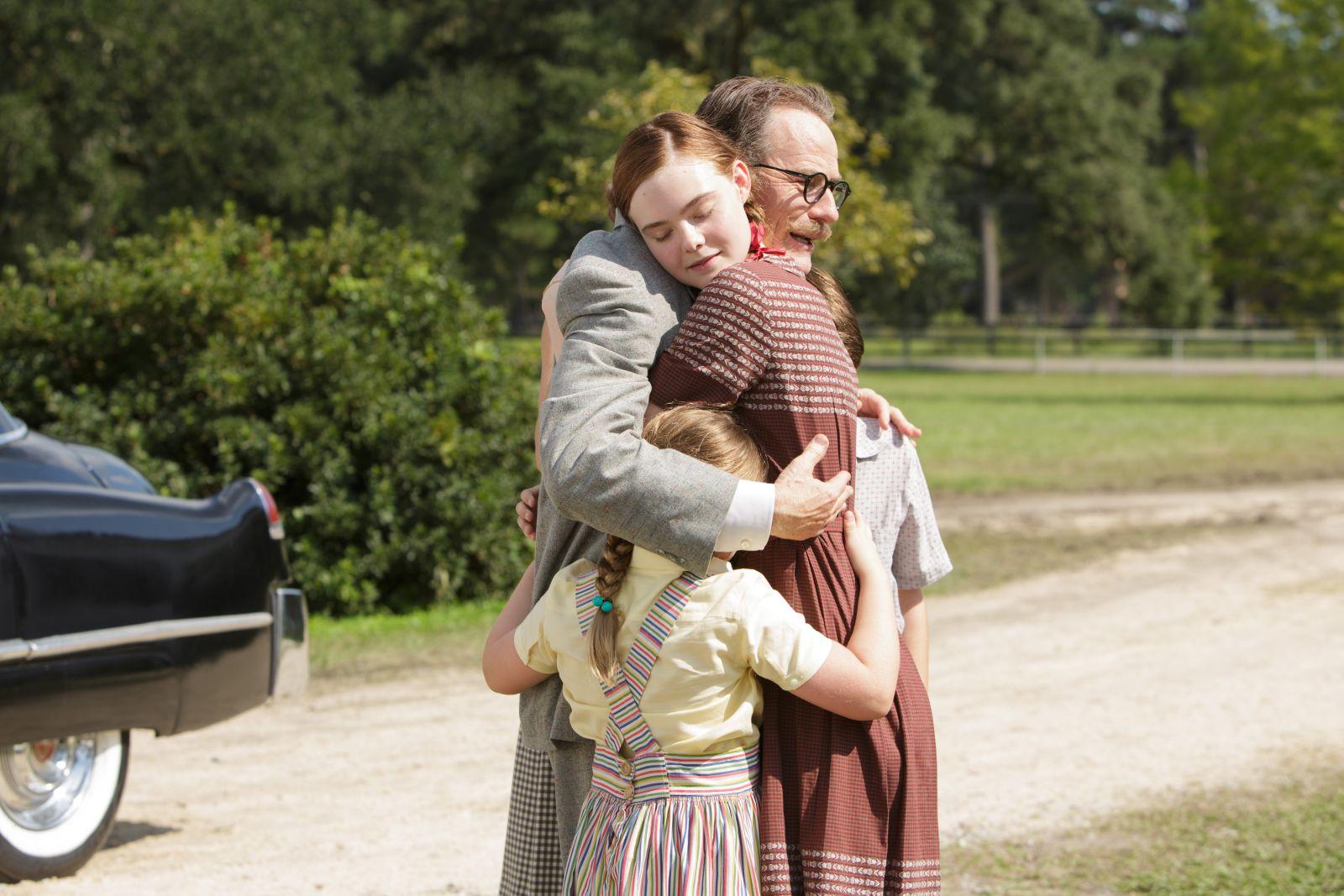 L'ultima parola - La vera storia di Dalton Trumbo: Bryan Cranston ed Elle Fanning in una scena del film