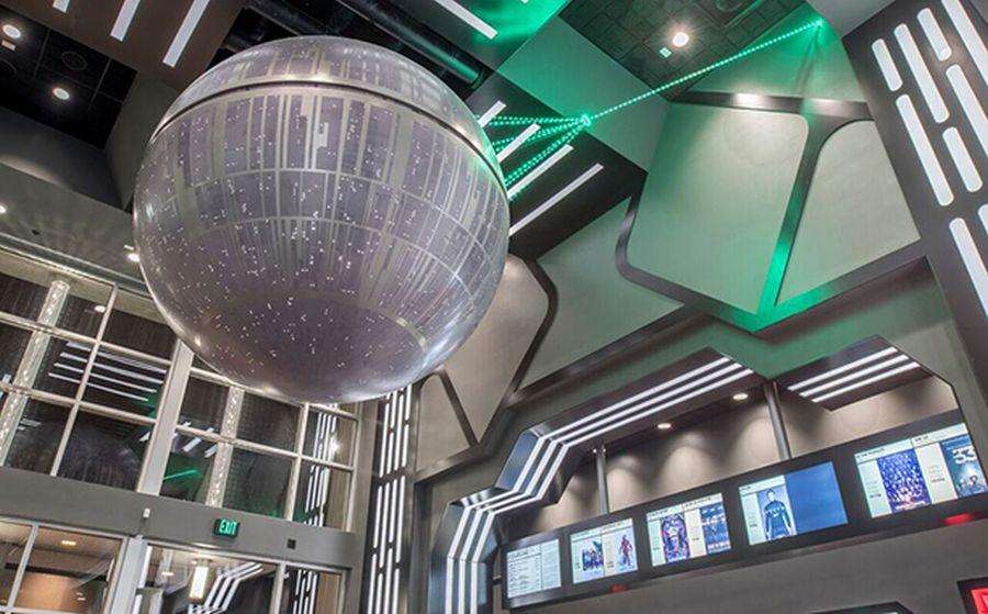 Star Wars: il risveglio della forza - La Death Star nella hall del cinema di Omaha