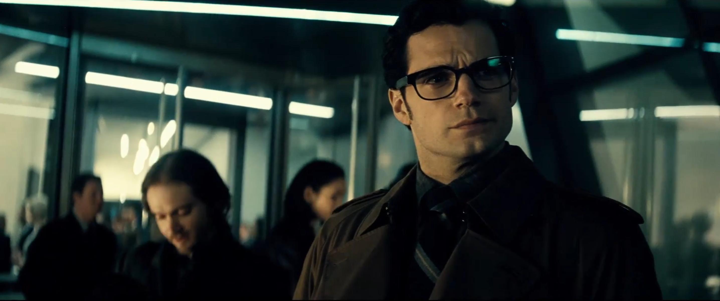Batman v Superman: Henry Cavill in una scena del nuovo trailer