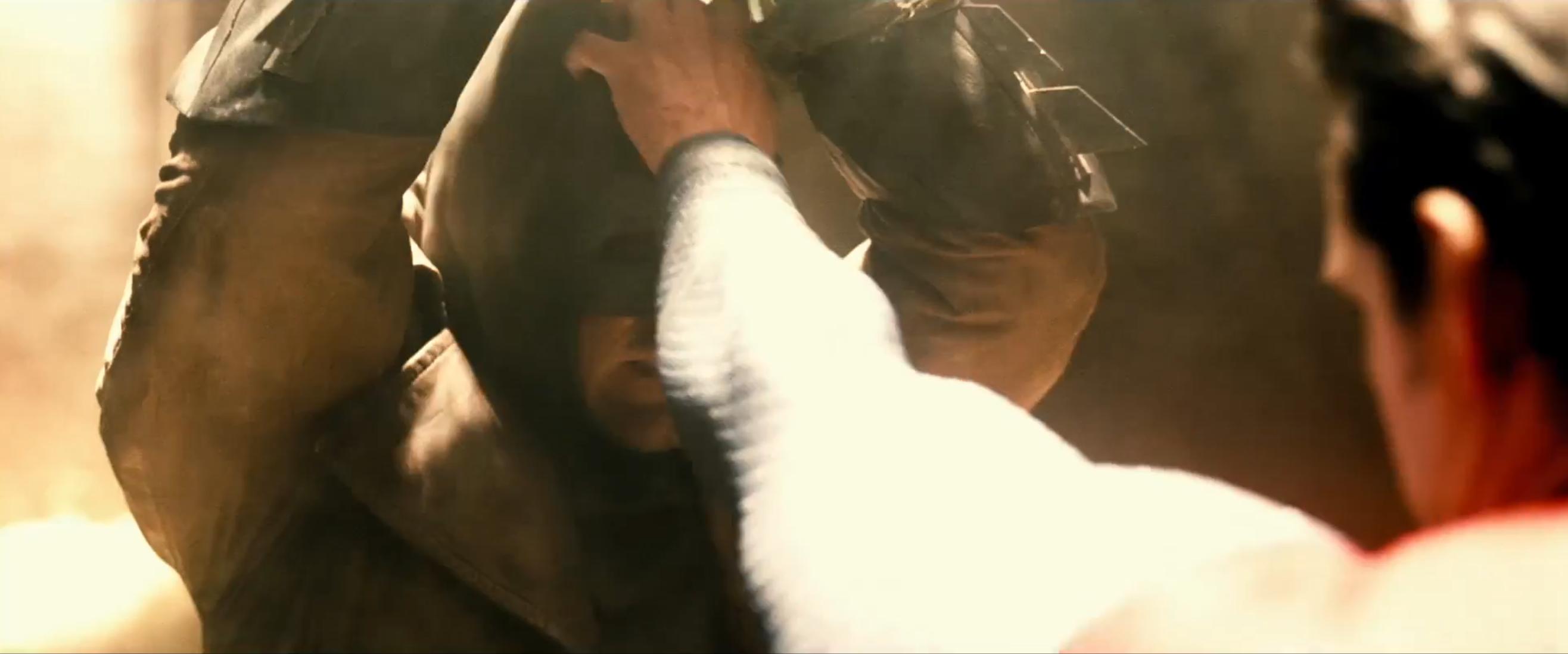 Batman v Superman: Superman pronto a togliere la maschera di Batman in una scena del nuovo trailer