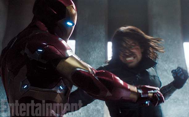 Captain America: Civil War - Robert Downey Jr. e Sebastian Stan lottano in una scena del film