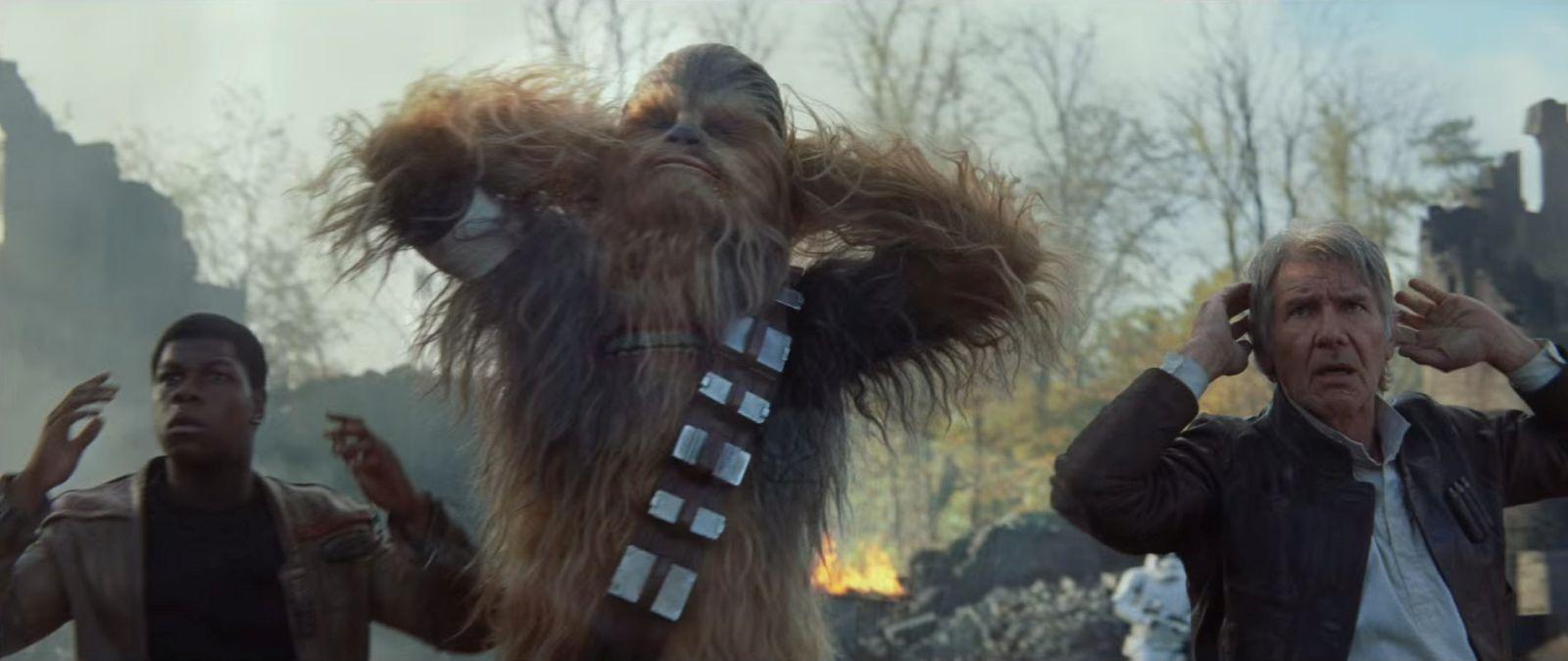 Star Wars: Il risveglio della forza, John Boyega, Chewbecca e Harrison Ford in una scena del film