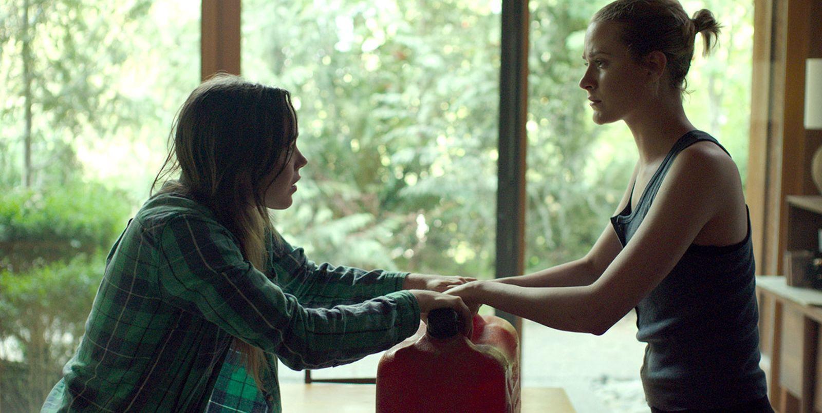 Into the Forest: Ellen Page ed Evan Rachel Wood in una scena del film