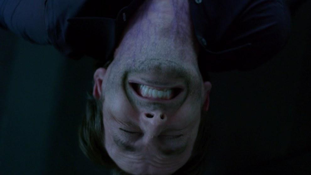 Jessica Jones: David Tennant con vene viola che ammiccano al colore della pelle di Killgrave nei fumetti