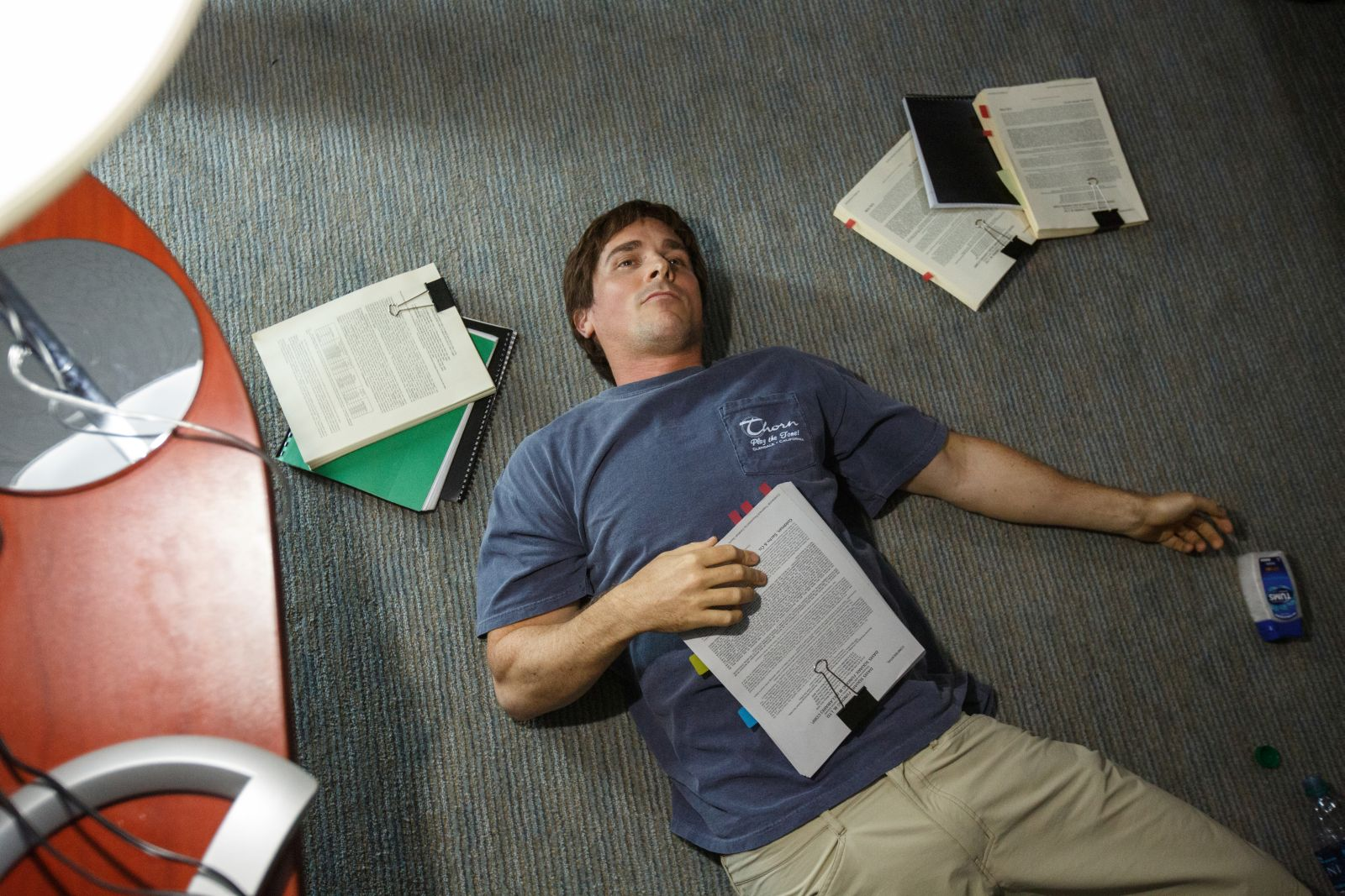 La grande scommessa: Christian Bale steso a terra in una scena del film