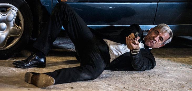 Anacleto: Agente secreto - Imanol Arias con la pistola in pugno