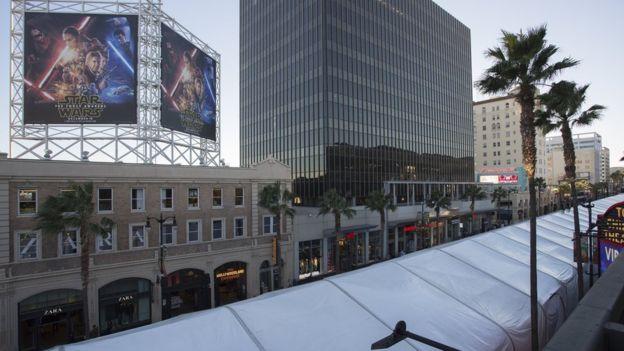 Star Wars: Il risveglio della forza - I tendoni bianchi occupano l'Hollywood Boulevard