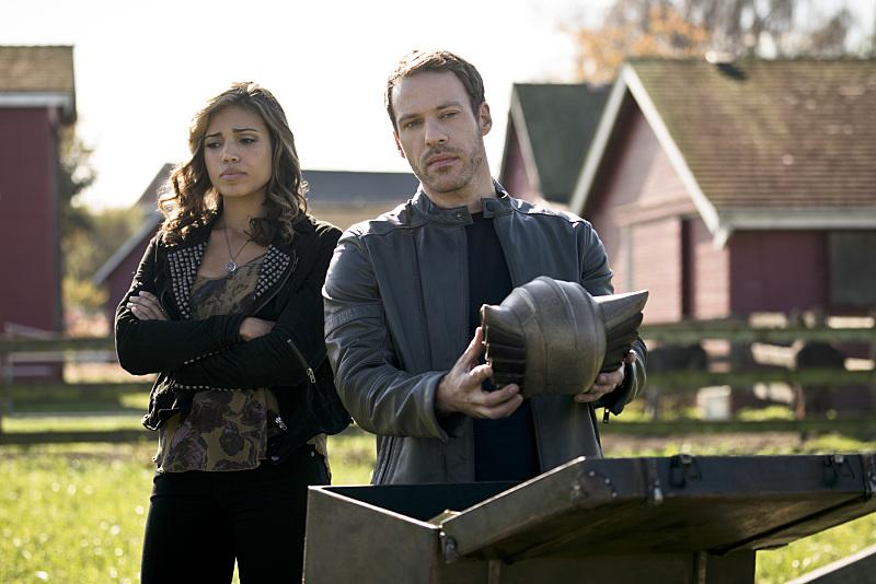 Arrow: Ciara Renée e Falk Hentschel in una foto tratta dall'episodio Legends of Yesterday