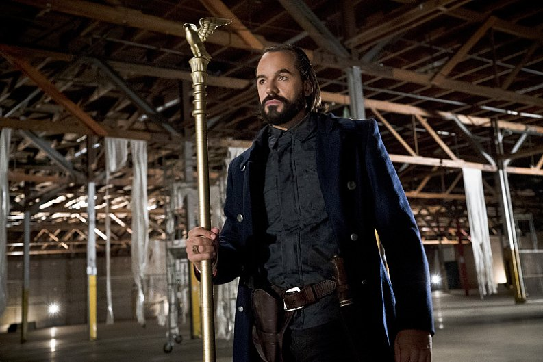 Arrow: Vandal Savage in una foto dell'episodio Legends of Yesterday