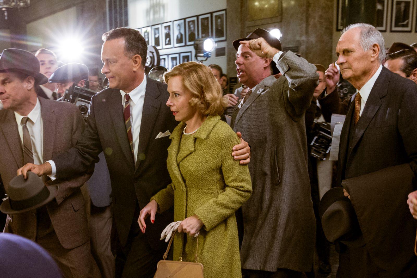 Il ponte delle spie: Tom Hanks, Amy Ryan e Alan Alda in una concitata scena del film
