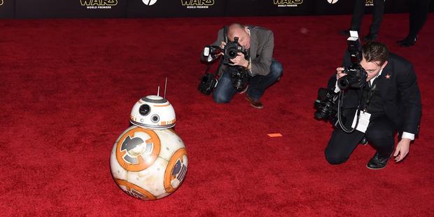 Star Wars: il risveglio della forza - BB-8 circondato da fotografi sul red carpet alla premiere