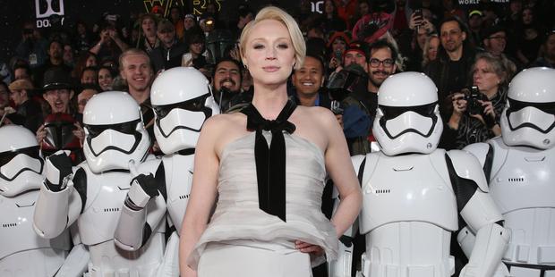 Star Wars: il risveglio della forza - Gwendoline Christie circondata da stormtrooper alla premiere