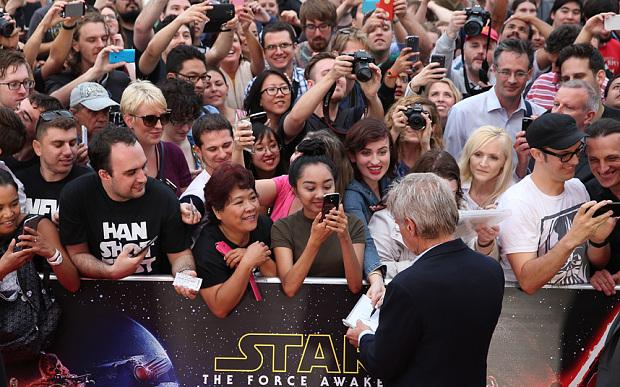 Star Wars: il risveglio della forza - Harrison Ford firma autografi ai fan alla premiere