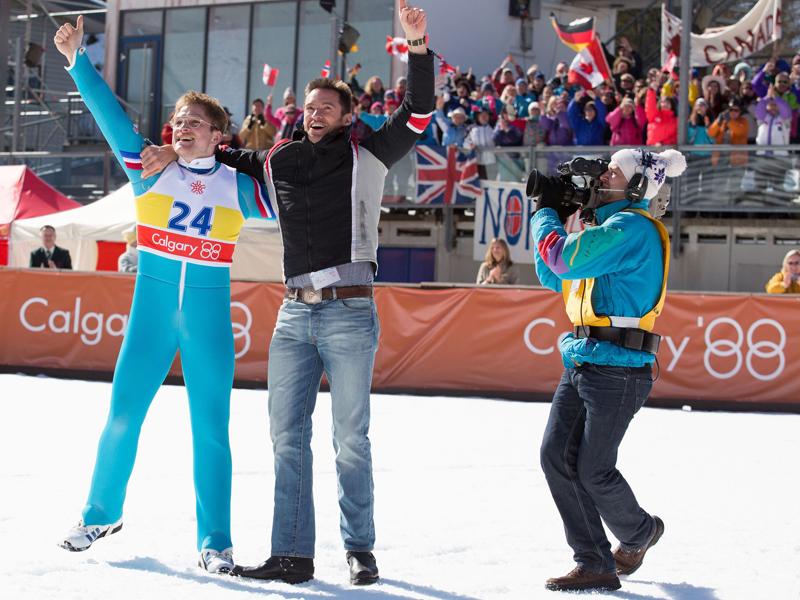 Eddie the Eagle: Hugh Jackman e Taron Egerton festeggiano sulla neve
