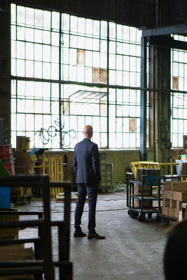 Boris Sans Béatrice - James Hyndman di spalle nella sua azienda