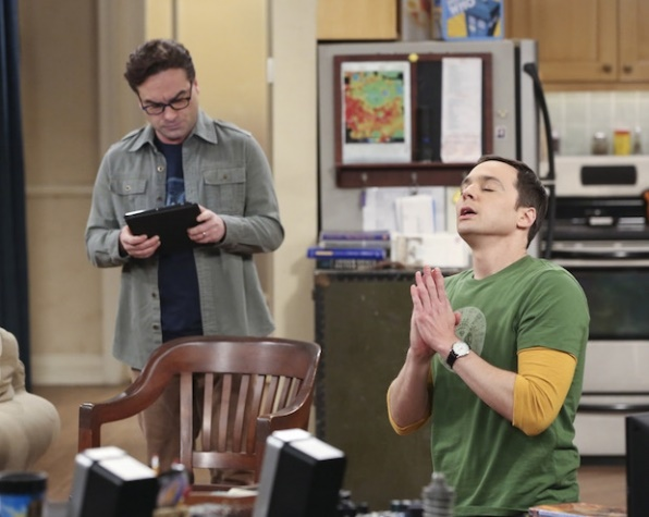 The Big Bang Theory: Johnny Galecki 	Johnny Galecki e Jim Parsons in una divertente foto dell'episodio The Opening Night Excitation