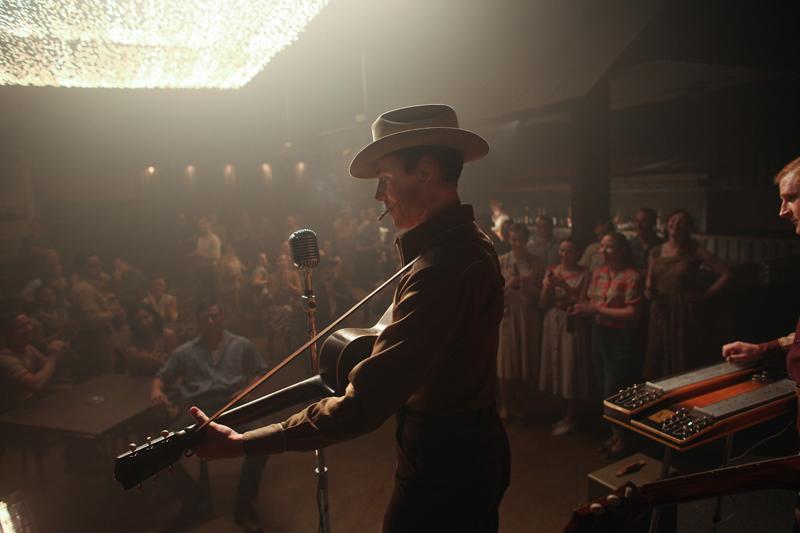 I Saw The Light: Tom Hiddleston suona di fronte al suo pubblico