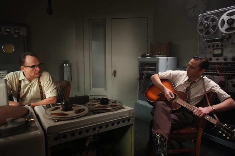 I Saw The Light - Tom Hiddleston e Bradley Whitford in una scena