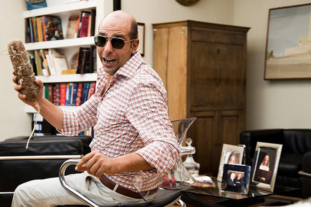 Quo vado?: Checco Zalone con un salame in mano in una scena del film