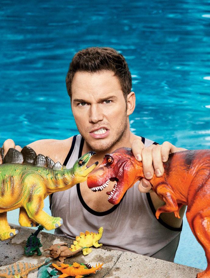 Chris Pratt gioca con dei dinosauri in piscina