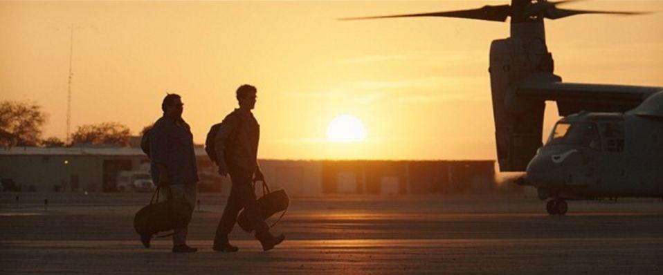 Arms and the Dudes: Jonah Hill e Miles Teller all'aeroporto la tramonto