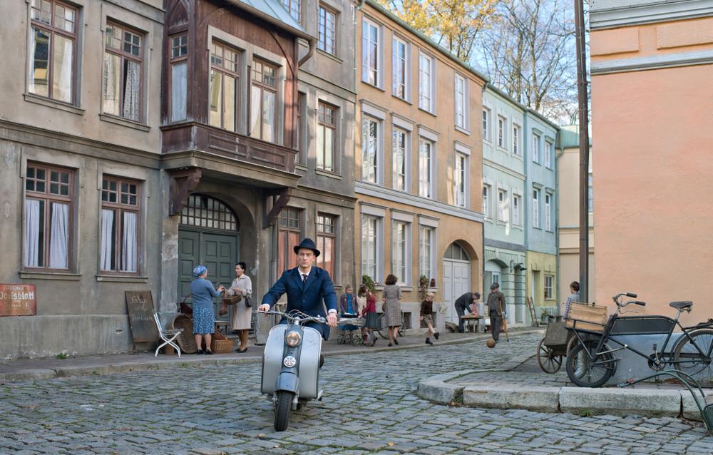 Il labirinto del silenzio: Alexander Fehling in motorino in una scena del film