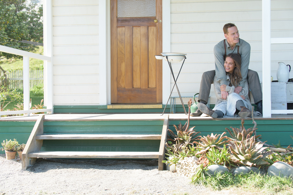 The Light Between Oceans: Michael Fassbender e Alicia Vikander in una scena