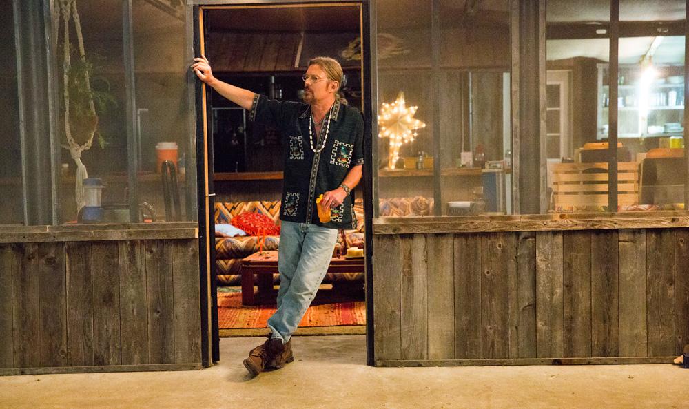 Hap and Leonard: un'immagine di Bill Sage sulla porta