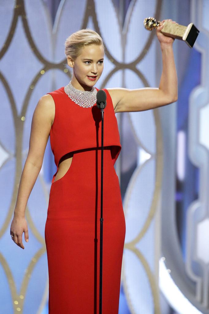 Jennifer Lawrence con il Golden Globe vinto per Joy