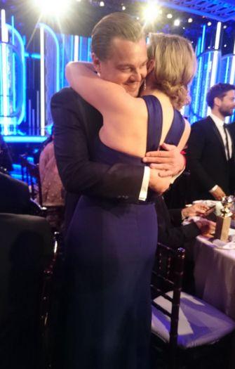 Golden Globes 2016: DiCaprio abbraccia Kate Winslet