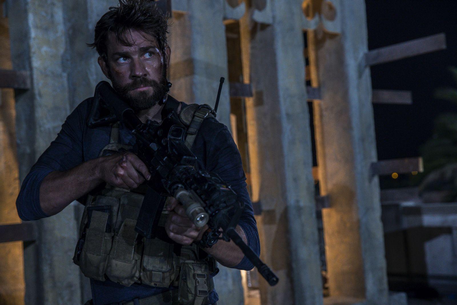 13 Hours: The Secret Soldiers of Benghazi, John Krasinski in un'immagine del nuovo film di Michael Bay