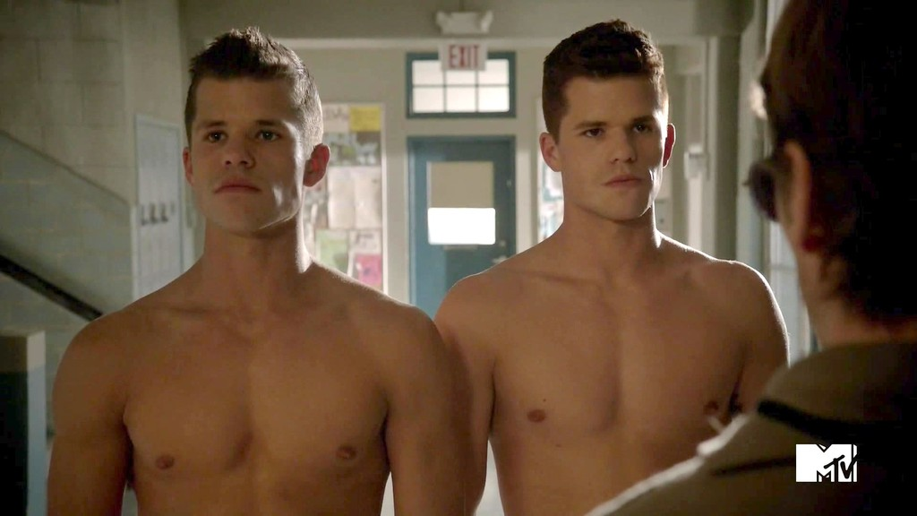 Teen Wolf, i gemelli Max e Charlie Carver in una scena