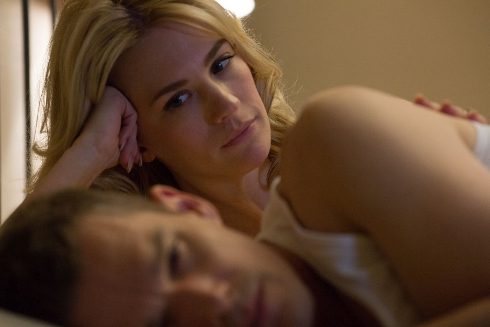 Good Kill: January Jones e un tormentato Ethan Hawke in una scena del film