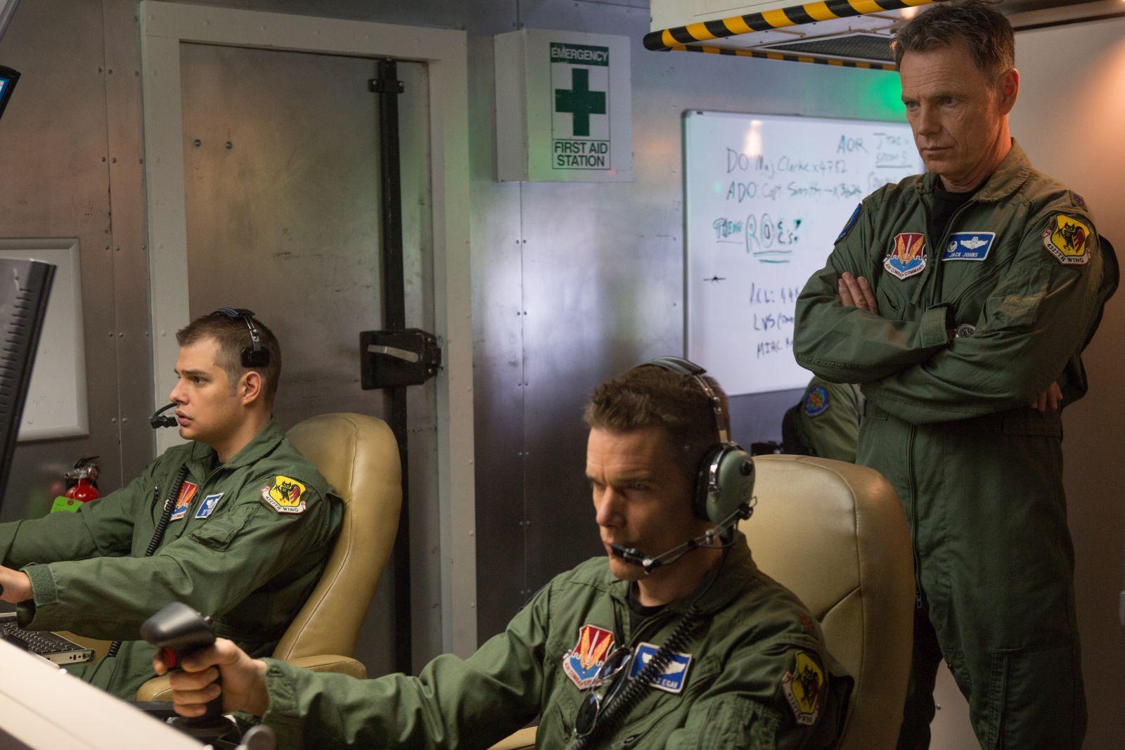 Good Kill: Ethan Hawke e Bruce Greenwood durante una sessione di guerra a distanza