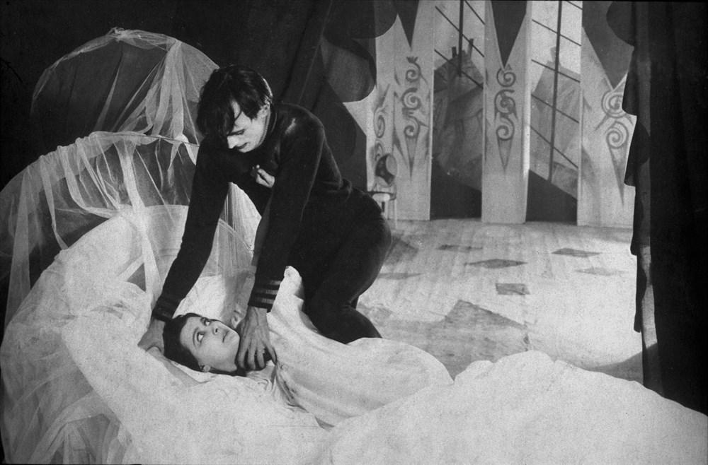 Il gabinetto del dottor Caligari: una scena del capolavoro dell'espressionismo tedesco