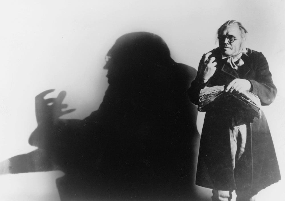 Il gabinetto del dottor Caligari: una scena del celebre film di Robert Wiene